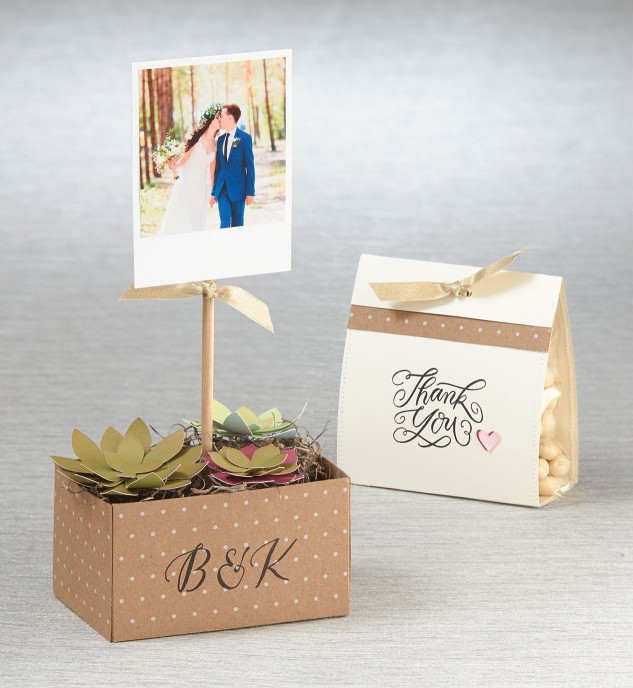 A simple centerpiece and favor for a wedding
